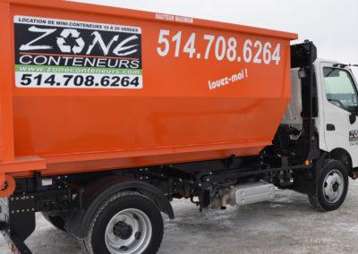 Camion de côté de Zone Conteneur Inc à Mirabel - Zone Conteneur Inc. Montréal