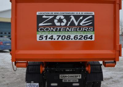 Camion de derrière de Zone Conteneur Inc à Mirabel - Zone Conteneur Inc. Montréal