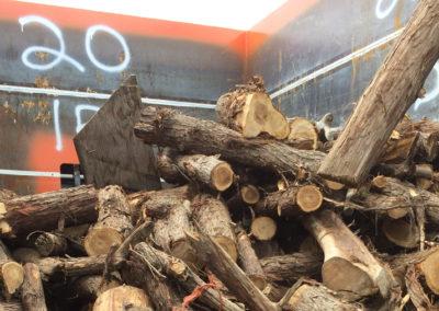 Charger de bois de Zone Conteneur Inc à Mirabel - Zone Conteneurs Inc. - Montréal