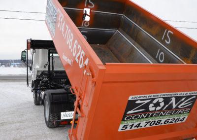 Décharge d'un conteneur de Zone Conteneur Inc. à Mirabel - Zone Conteneur Inc. Montréal