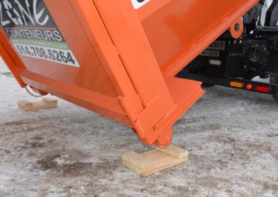 Protection de la décharge d'un conteneur de Zone Conteneur Inc. à Mirabel - Zone Conteneur Inc. Montréal